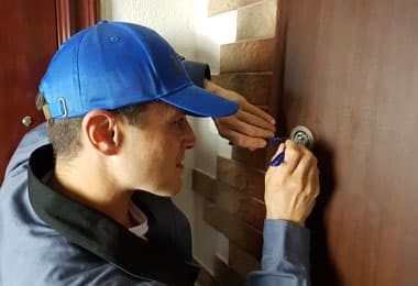 Мастер работает с входной дверью